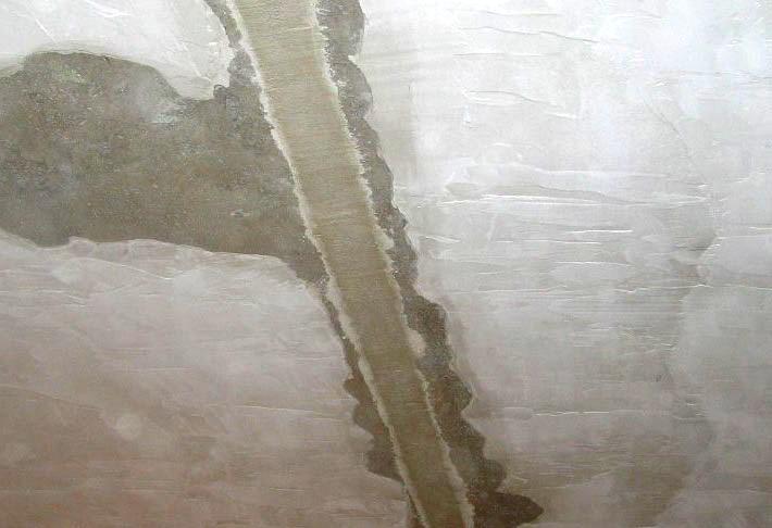 Всё не вечно, и со временем в результате просадки основания здания в стенах появляются трещины