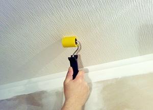 Как правильно красить обои на потолке