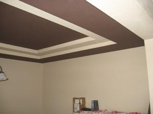 Особенности покраски обоев на потолке
