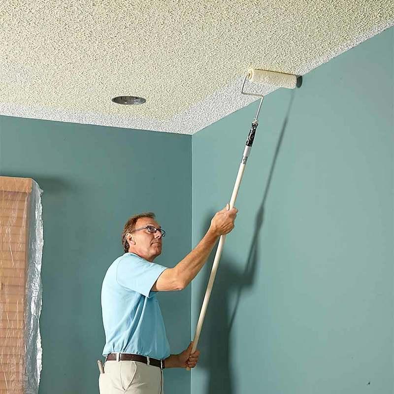 Покраска флизелиновых обоев на потолке