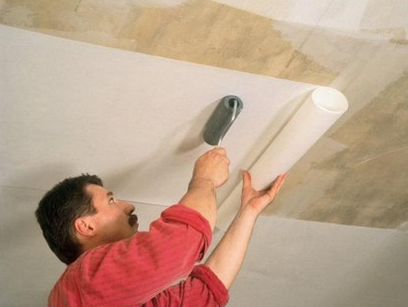 Способ покрасить обои на потолке