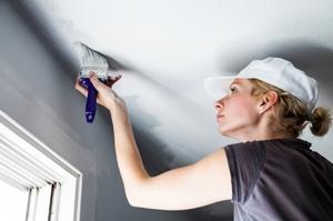 Как быстро покрасить потолок обоями