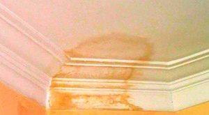 как убрать желтые пятна на потолке после затопления