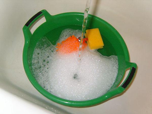 Как ухаживать и мыть глянцевые натяжные потолки фото 2
