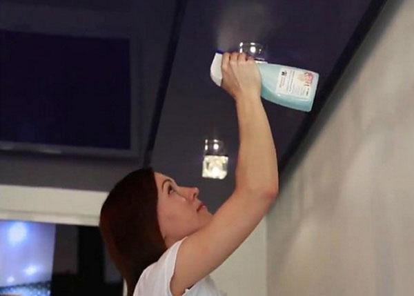 как мыть натяжной потолок фото 3