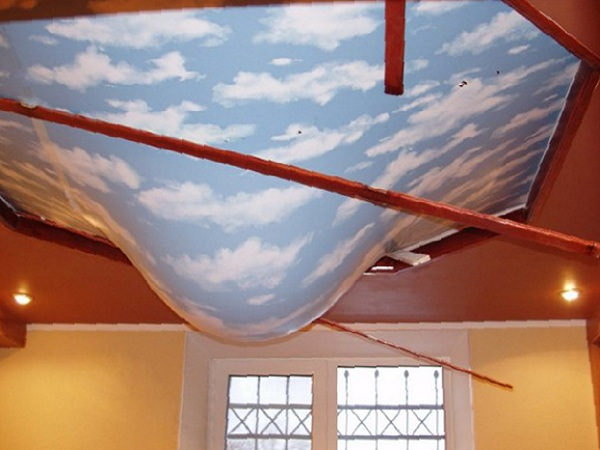 как убрать воду с натяжного потолка фото 1