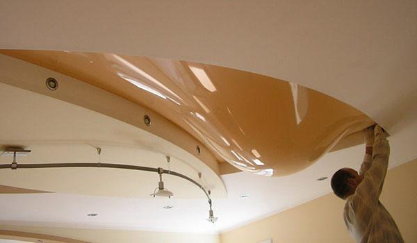 Как слить воду с натяжного потолка фото 1