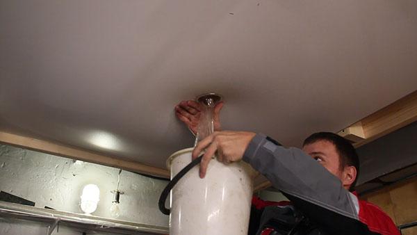 Как слить воду с натяжного потолка фото 2