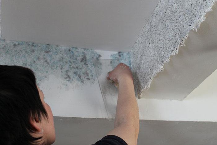 Как клеить обои на потолок фото 10