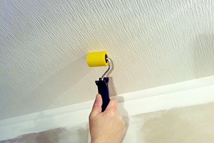 Как клеить обои на потолок фото 7