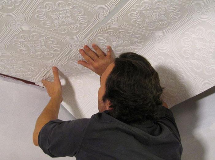 Как клеить обои на потолок фото 8