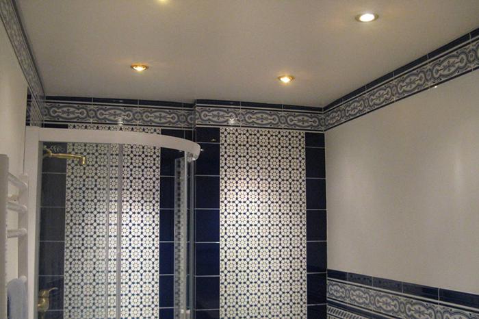 натяжной потолок в ванной фото 3